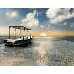 Mořské pobřeží s lodí