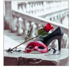 Benátská maska a střevíc s červenou růží