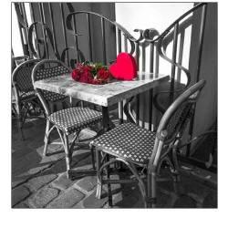 Kytice růží na  stolu café
